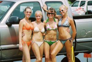 ¿Habrá algo más hermoso que un autolavado con chicas en bikini?