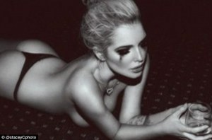 Se desnudó Helen… la rubia figura de gran pechonalidad (FOTOS)