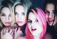 """Momento topless de una de las """"Spring Breakers"""" (la peli donde sale Selena Gómez y Vanessa Hudgens)"""