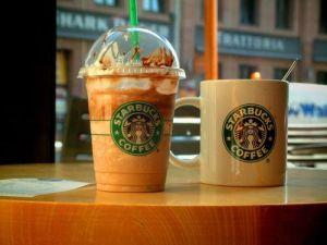 Se salvan por centímetros de que una ventana caiga sobre sus cabezas en la terraza de un Starbucks (Video)