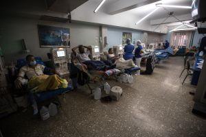 Pacientes renales en Venezuela temen perder la vida en colas por gasolina