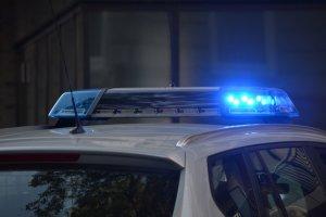 Conductor atrapado después de estrellarse contra el muro de una escuela en Florida