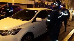 Se lanzó de un vehículo para evitar que su pareja la siguiera golpeando