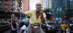 Desmienten que vehículo arrollara al señor del hula-hula del centro de Caracas (Video)