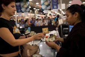 Para rendir los dólares: Cazan comercios que paguen más