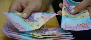 ¡DEVALUADO! Bancos limitan recepción de billetes de 100 bolívares
