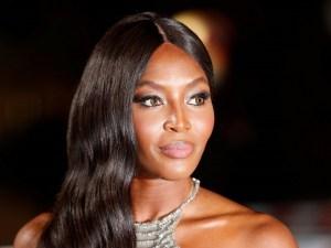 ¡En pelotas! Naomi Campbell posó completamente desnuda en el metro de Nueva York (FOTOS)