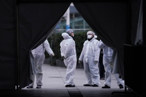 Víctimas del coronavirus en China ascendieron a dos mil 233, según las autoridades