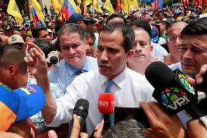 Guaidó: Pretenden vender una supuesta normalidad pero siguen las colas por gasolina