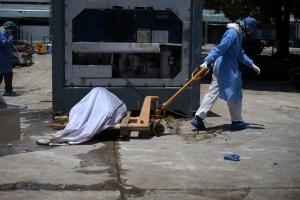 Ecuatorianos denunciaron que ataúdes de cartón no solucionan crisis de las morgues