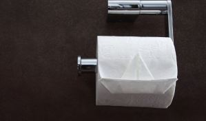 ¡Terrible! Hombre golpeó a su madre por esconder el papel higiénico