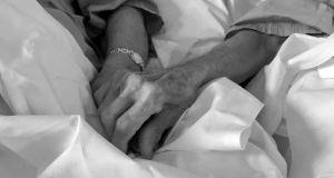 Coronavirus en España: Abuelos pidieron juntar las camas del hospital para tomarse de la mano