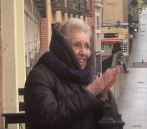 En medio de la cuarentena, una abuelita española recibió emotiva sorpresa de cumpleaños por parte de sus vecinos