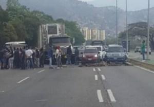Trancan la autopista Valle-Coche por no vender gasolina a civiles #9Abr (Foto)
