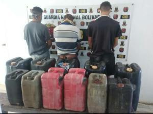 """Detienen a tres sujetos por """"extracción de combustible sin justificación"""""""
