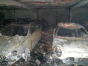 Incendio acabó con 32 vehículos estacionados en un edificio de Sebucán