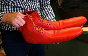 """Los """"zapatos antivirus"""" que hacen cumplir la distancia social (VIDEO)"""