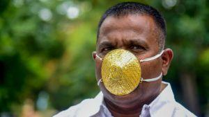 """Pastor en India usa una mascarilla de oro porque """"Dios se lo pidió"""" en sueños (Fotos)"""