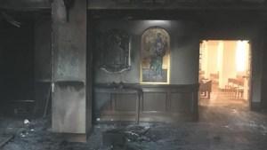 Estrelló su camioneta contra una iglesia, derramó gasolina y le prendió candela al templo… ¡Con feligreses adentro!