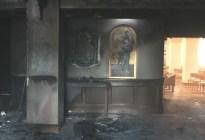 Estrelló su camioneta contra una iglesia, derramó gasolina y le prendió candela al templo... ¡Con feligreses adentro!