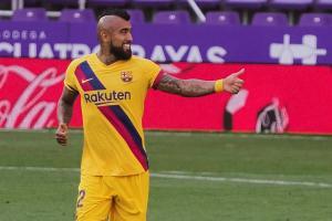 Un gol de Vidal y las salvadas de Ter Stegen mantienen con vida al Barcelona