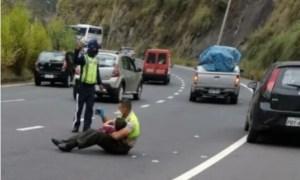 La INCREÍBLE imagen de un policía calmando a un niño tras un accidente en Quito