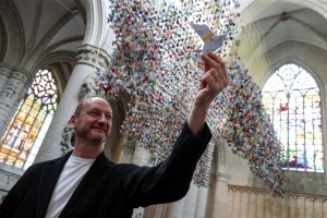 Bandada de 20.000 aves de papel ayuda a financiar unidades para Covid-19 en hospital belga