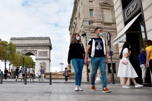 Francia extiende toque de queda por la pandemia