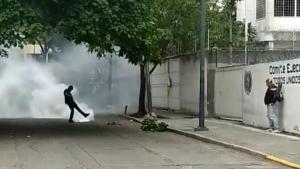 """EN FOTOS: """"Colectivos armados"""" que secuestraron la sede AD atacaron a militantes desde adentro con lacrimógenas #10Ago"""