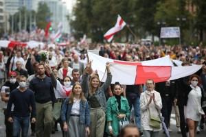 Policía bielorrusa detiene a centenares durante protesta de mujeres en Minsk