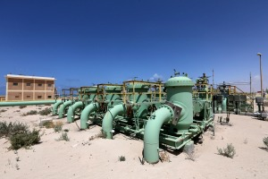 Precios del barril de petróleo caen por potencial retorno de producción de Libia