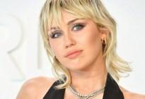 ¡Perdió el control! Miley Cyrus celebró su soltería con un striptease