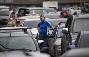 Las colas por la gasolina en Caracas son más radicales que la cuarentena de Maduro (FOTOS)