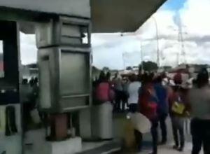 "Alcalde chavista en Anzoátegui ""regaló gasolina"" a mujeres pero todo terminó en trifulca (Video)"