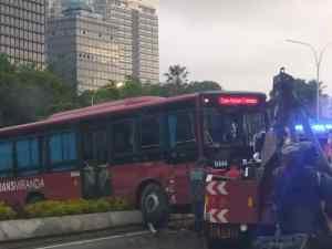 Reportan accidente de autobús en la autopista Francisco Fajardo #26Nov (FOTOS)