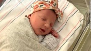 ¡Increíble! Una bebé tiene la misma edad de su madre en Estados Unidos