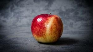 """Grabó explosión en cámara lenta de una manzana que """"levita"""" girando a una velocidad increíble (Video)"""