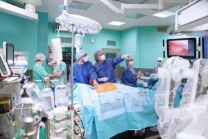 Por primera vez, un robot extirpa con éxito un tumor maligno a una paciente despierta