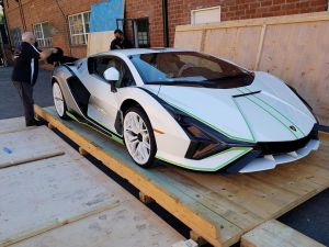 ¡Le RONCAN los motores! El primer VIDEO de un Lamborghini Sián grabado en las calles