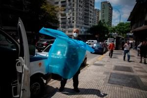 Mientras Maduro planea flexibilizar, la pandemia sigue en auge en Venezuela