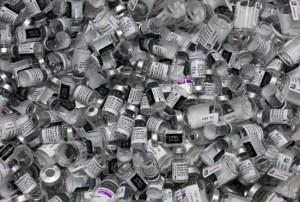 Combinar dos vacunas contra el coronavirus eleva los efectos secundarios
