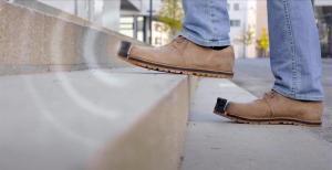 """EN FOTOS: Los """"zapatos inteligentes"""" que avisan a los invidentes de los obstáculos"""
