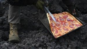 VIRAL: Una pizza horneada sobre la lava de un volcán a mil grados centígrados conquista las redes (VIDEO)