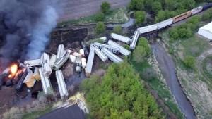 Consumido por las llamas: Así quedó un tren que transportaba fertilizantes tras descarrilarse en Iowa (Video)