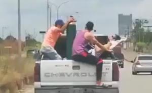 En la parte de atrás de una camioneta trasladan a un enfermo en Maturín (Video)