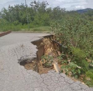Vecinos de Ciudad Casarapa en Guarenas claman porque la vía principal sea reparada (FOTO)