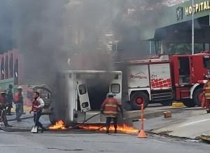En imágenes: Ambulancia se incendió frente al Hospital Militar este #17May