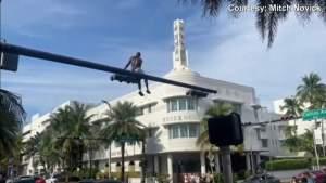Arrestaron a un hombre por subirse a un semáforo en Miami Beach