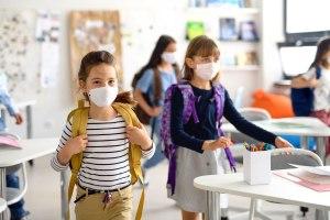 Los CDC de EEUU establecieron que las escuelas deben continuar usando mascarillas