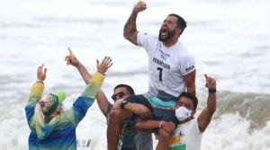 Un robo casi lo deja fuera de Tokio, pero clasificó surfeando en jeans y ganó el oro olímpico